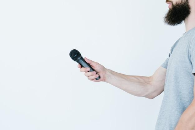 Rundfunkaufzeichnungsinformationen für massenmedien. seitenaufnahme eines mannes mit mikrofon, der ein interview führt.