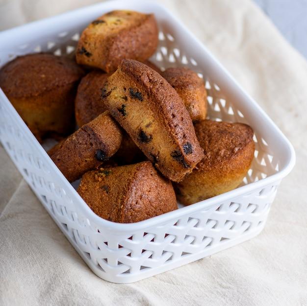 Rundgebackene muffins mit trockenen früchten und rosinen