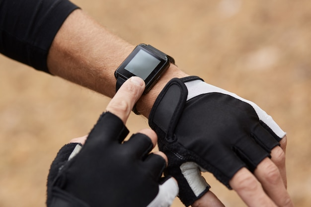 Runner mit monitor-training läuft, smartwatch prüft die leistung