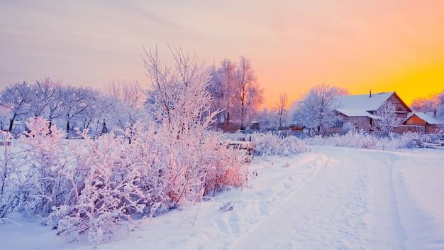 Rurral winterlandschaft mit schnee bei sonnenuntergang