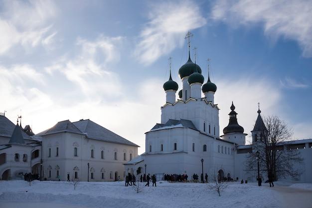 Russisch-orthodoxe kirche mit fünf kuppeln im morgensonnenlicht