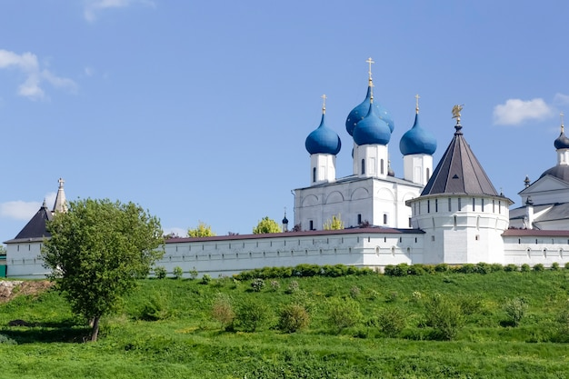 Russisch-orthodoxes kloster und tempel in der russischen stadt serpukhov s Premium Fotos