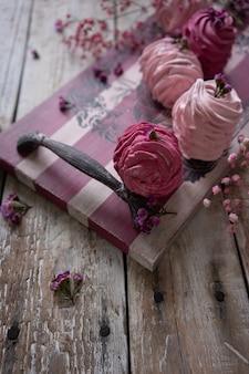 Russische eibische der moosbeere und der erdbeere auf hölzernem zufuhrbrett der weinlese