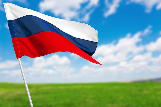 Russische flagge gegen blauen himmel