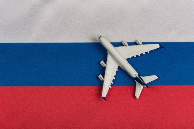 Russische föderation flagge und spielzeugflugzeug schließen. wiederaufnahme der flüge nach quarantäne, öffnung der grenzen