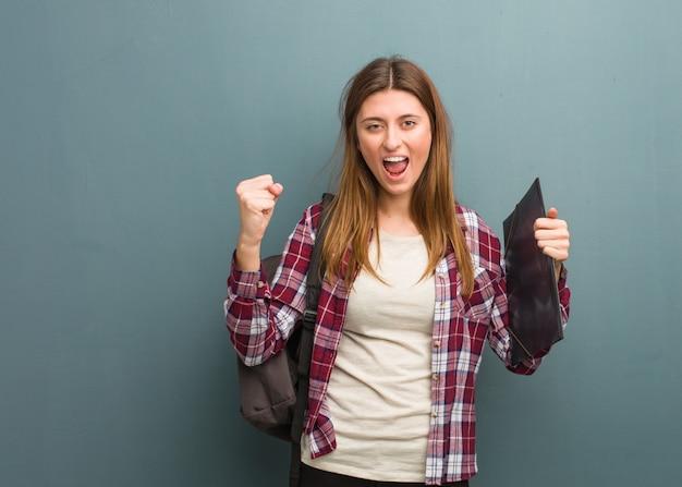 Russische frau des jungen studenten, die sehr verärgert und aggressiv schreit