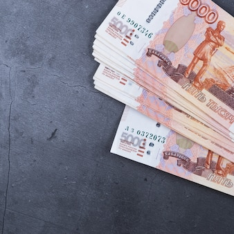 Russische geldbanknoten von fünftausend rubeln auf einem grauen hintergrund.