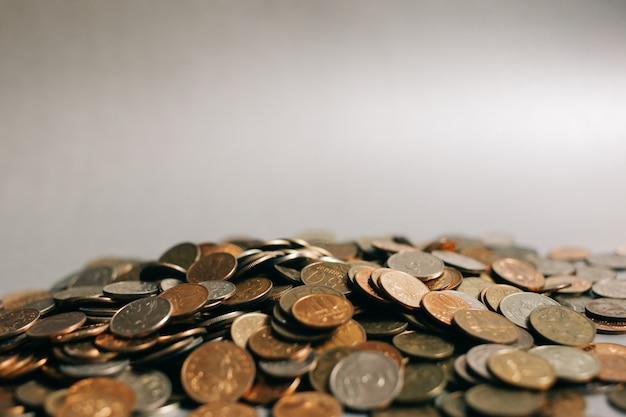 Russische geldmünzen auf dem grauen hintergrund