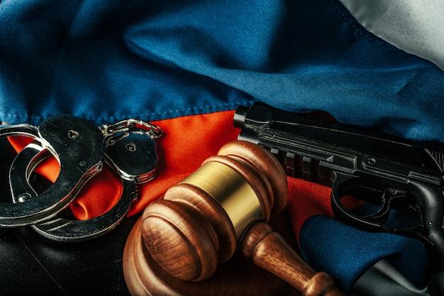 Russische justiz. holzhammer und russische flagge