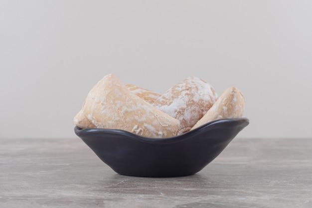 Russische kekse in einer kleinen schüssel auf marmor