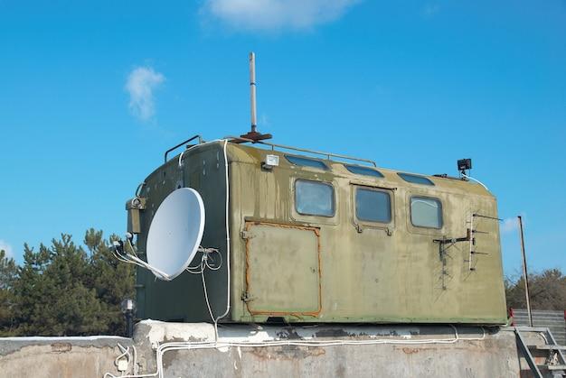 Russische khakifarbene militärkabine mit antenne
