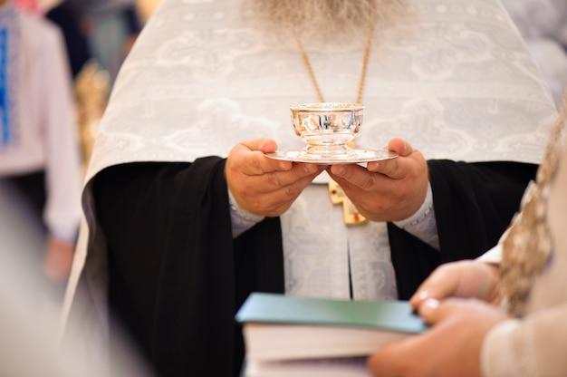 Russische kirche. braut und bräutigam in der kirche während der christlichen hochzeitszeremonie.