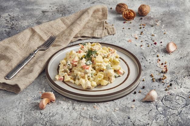 Russische küche des traditionellen salats olivier, heller hintergrund