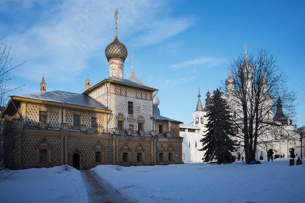 Russische orthodoxe kirche am morgensonnenlicht