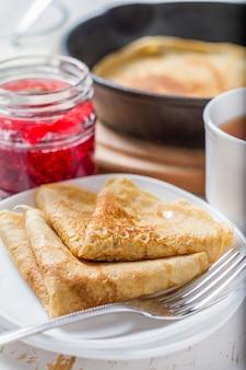 Russische pfannkuchen mit marmelade