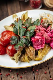 Russische platte mit eingelegtem fermentiertem gemüse