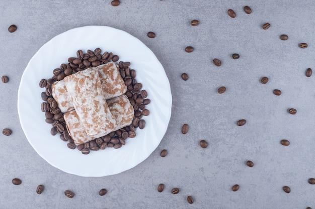 Russische pryanik-kekse und kaffeebohnen auf einer platte auf marmor