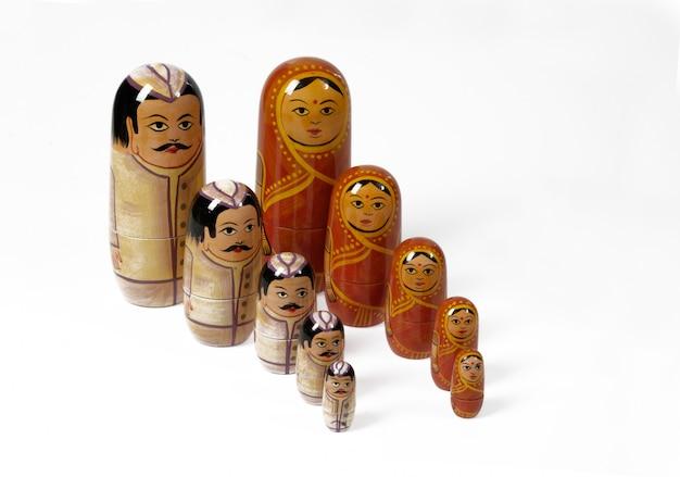 Russische puppe mit typischen frauen und männern
