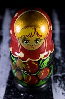Russische puppen matrioshka babushka auf schwarzweiss-acrylmalerei