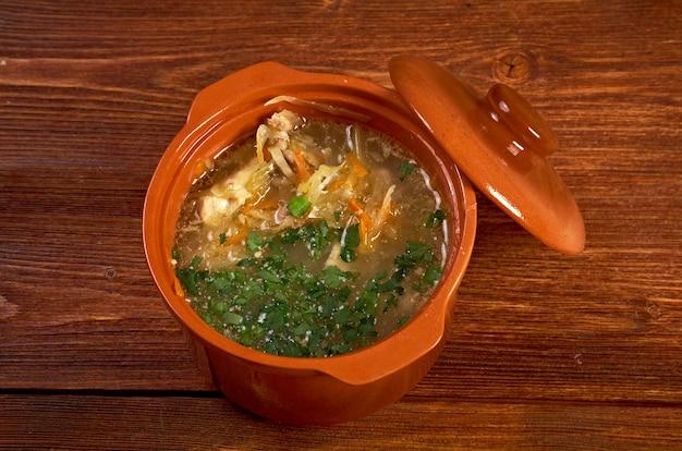 Russische sauerkrautsuppe stchi weißkohl im auflauf