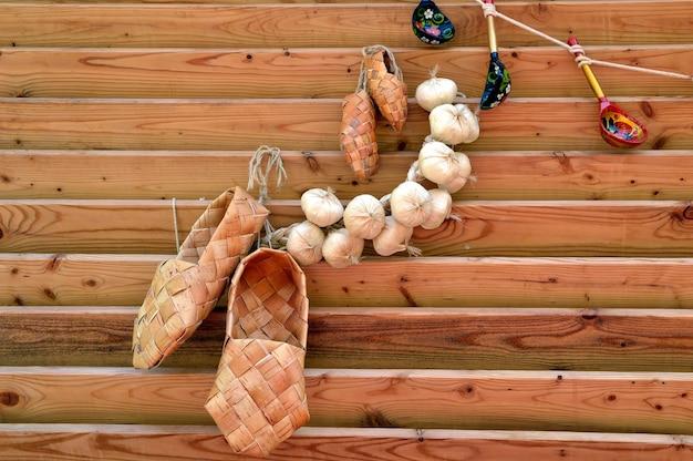 Russische traditionelle alte bastschuhe mit knoblauchbündel