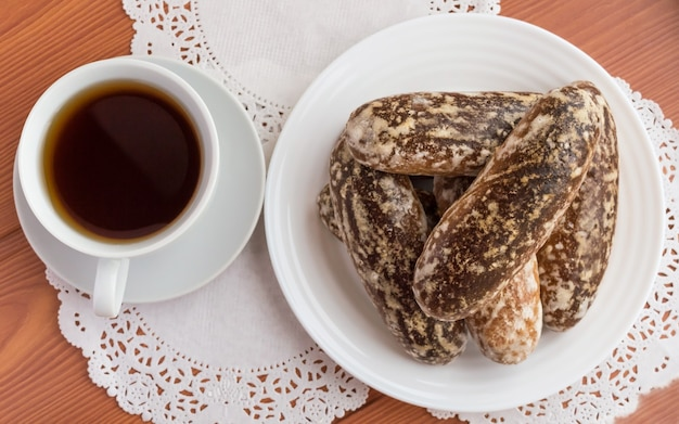 Russische traditionelle glasierte lebkuchenplätzchen und eine tasse tee