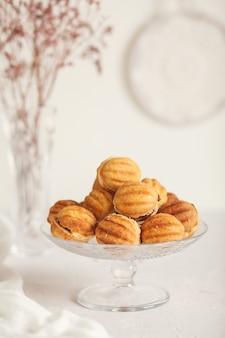 Russische traditionelle hausgemachte kekse nüsse mit kondensmilch auf einem glasständer