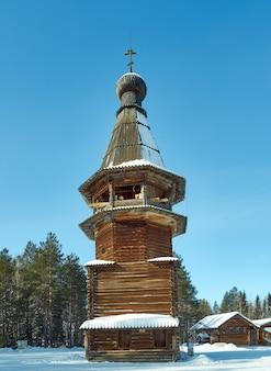 Russische traditionelle holzarchitektur - glockenturm, dorf malye karely, region archangelsk, russland