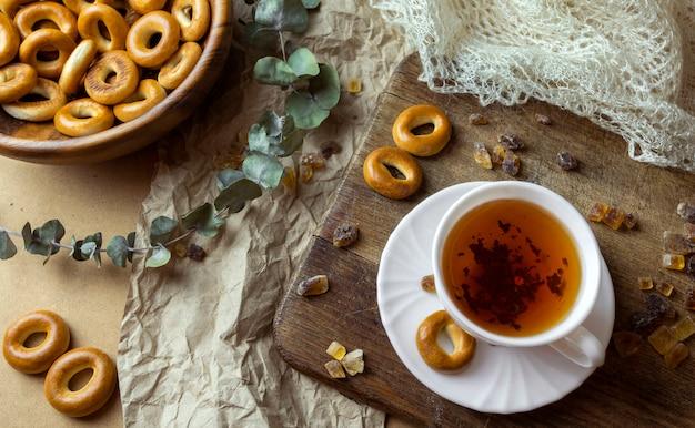 Russische traditionelle süßigkeiten trockene backbagels und weiße tasse tee
