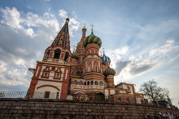Russische und ausländische touristen besuchen die kirche im urlaub.