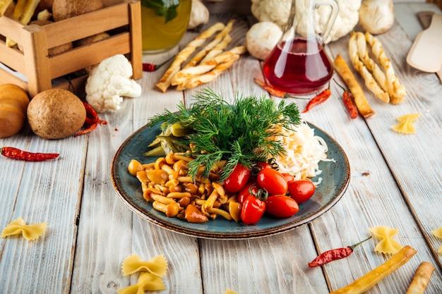 Russische vorspeise mit mariniertem gemüse