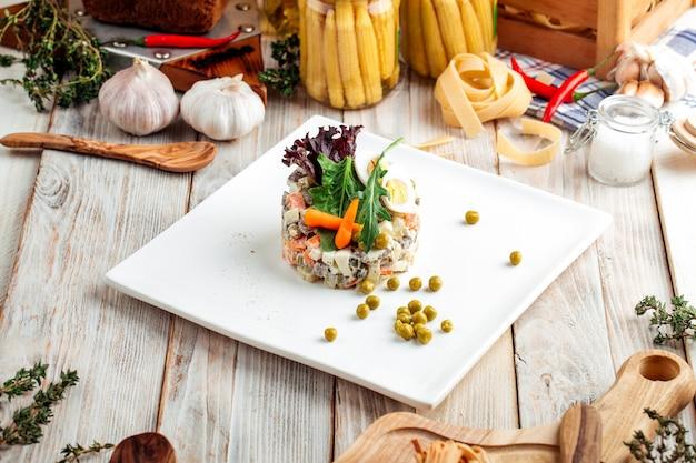 Russischer gourmet-olivier-salat mit mayonnaise
