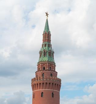 Russischer kremlturm mit einem stern gegen den himmel