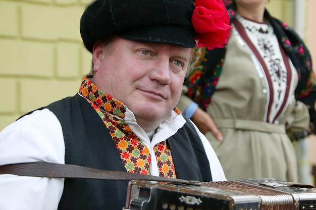 Russischer mann mit akkordeon. russischer mann. akkordeon spielen. russische nationalkleidung
