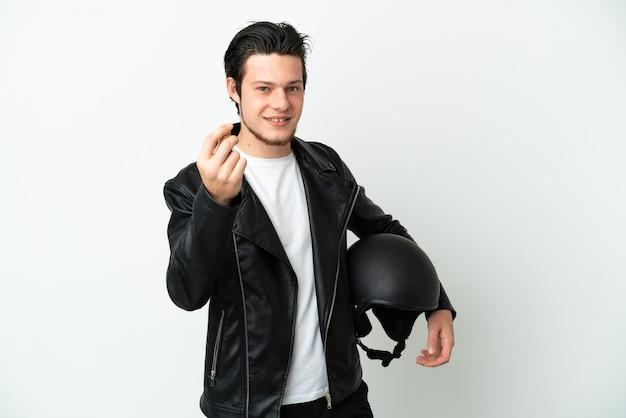 Russischer mann mit einem motorradhelm isoliert auf weißem hintergrund, der geldgeste macht