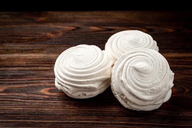 Russischer marshmallow auf dunklem holztisch