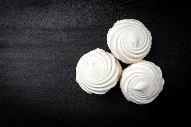 Russischer marshmallow auf schwarzem hintergrund.