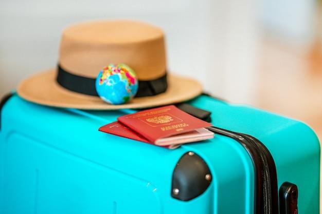 Russischer pass auf einem reisekoffer reisekonzept urlaubszubehör