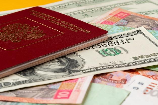 Russischer pass auf haufen geld hautnah