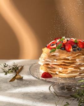 Russischer pfannkuchen mit hartem licht und schatten.