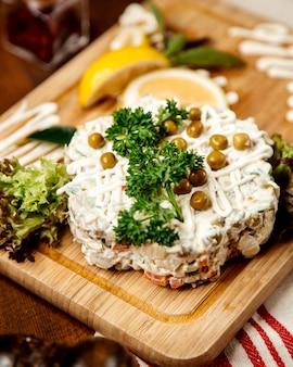 Russischer salat mit bohnen an der spitze