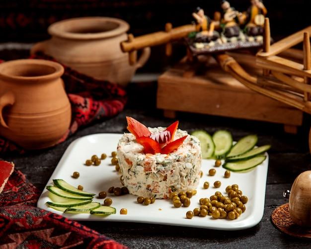 Russischer salat mit bohnen und gurkenscheiben _