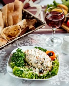 Russischer salat mit mayonnaise