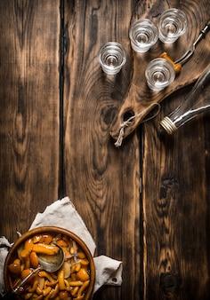 Russischer stil. alkoholisches getränk mit eingelegten pilzen.