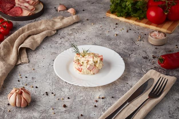 Russischer traditioneller salat olivier mit fleisch und gemüse