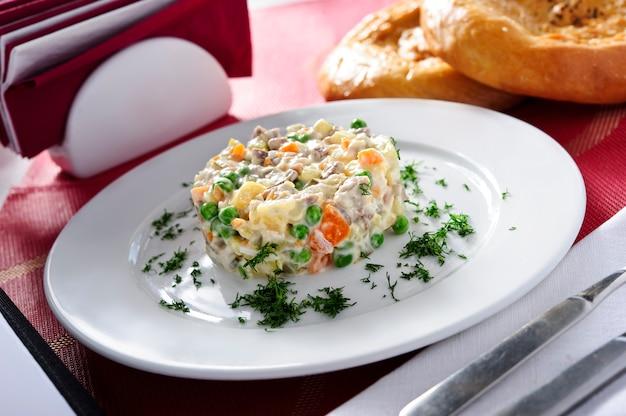 Russischer traditioneller salatolivierteller.