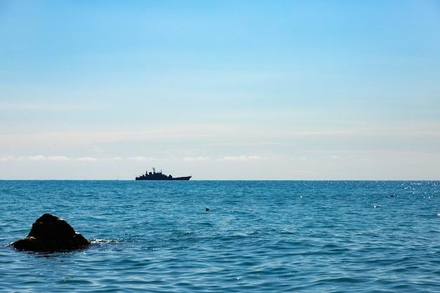 Russisches kriegsschiff auf einer reise zum schwarzen meer.