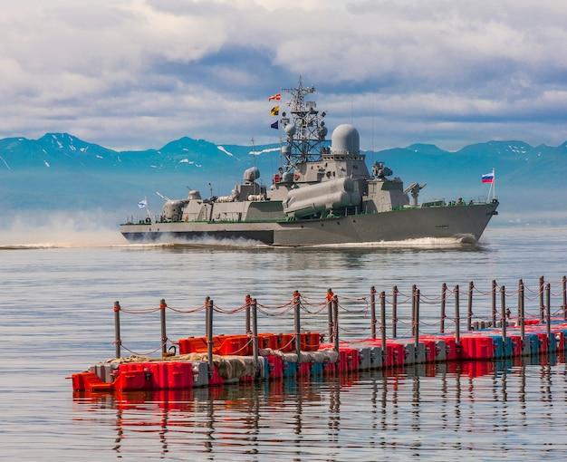 Russisches kriegsschiff entlang der küste