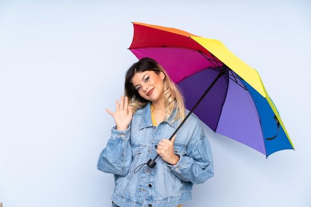 Russisches mädchen des teenagers, das einen regenschirm hält