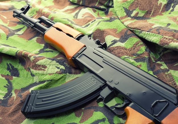 Russisches sturmgewehr ak-47 auf tarnkleidung